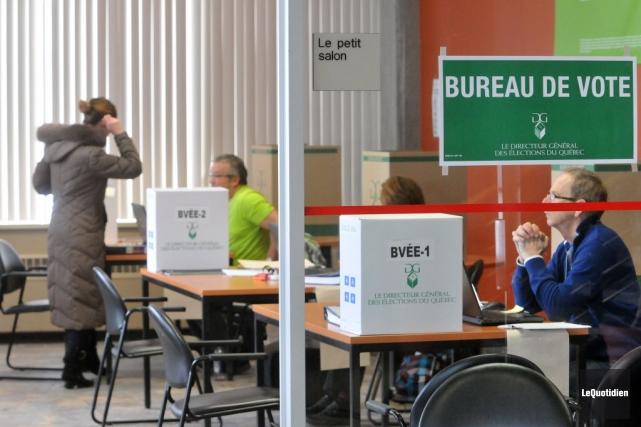 Bureau de vote par anticipation à Chicoutimi, au... (Photo Michel Tremblay, Le Quotidien)