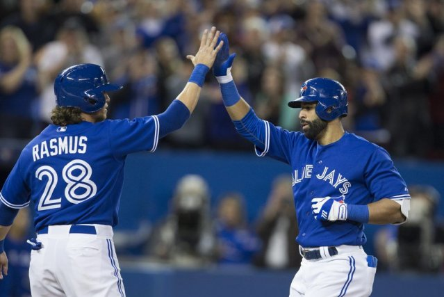 Colby Rasmus (28) féliciteJose Bautista (19) pour son... (PHOTO PETER POWER, PC)