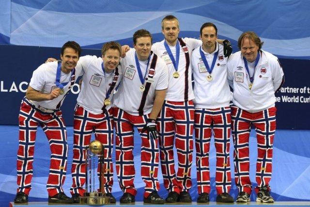 Les joueurs norvégiens posent avec leurs médailles d'or.... (PHOTO AGENCE FRANCE PRESSE)