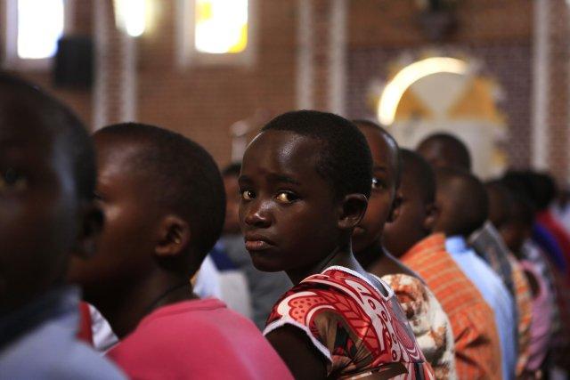 Une jeune Rwandaise lors d'une messe commémorative à... (Photo NOOR KHAMIS, Reuters)