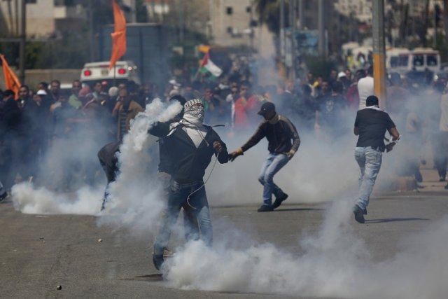 Des manifestants palestiniens ont affronté des policiers israéliens... (Photo: Reuters)