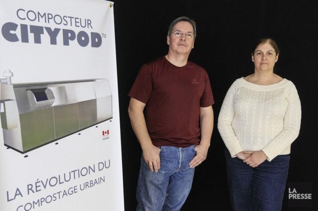Claude Beaulé, directeur technologique, et Julie Deslauriers, présidente... (PHOTO OLIVIER PONTBRIAND, LA PRESSE)