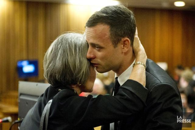 Oscar Pistorius est consolé par sa tante Lois... (PHOTO DEAN VIVIER, AP)