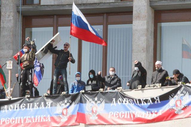 Des manifestants pro-russes, plusieurs masqués, ont pris le... (PHOTO ALEXANDER KHUDOTEPLY, AFP)