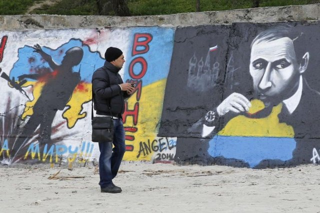 Un graffiti en faveur de l'unité ukrainnienne à... (Photo Reuters)