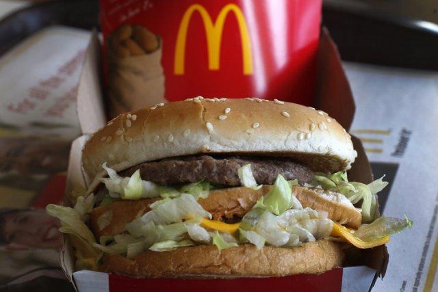 Le gouvernement fédéral a mis sur la liste noire un franchisé McDonald's de... (Archives AP)