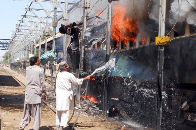 La bombe cachée dans une voiture du train... (PHOTO KHALID HUSSAIN, AFP)