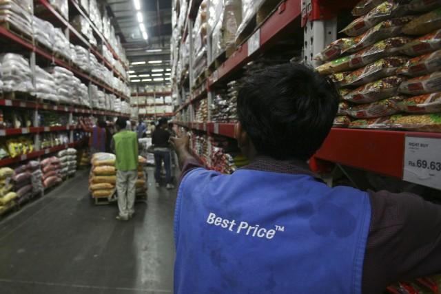 Le numéro un mondial de la distribution Wal-Mart (WMT) a... (Photo AJAY VERMA, Reuters)