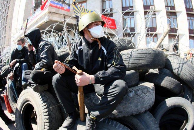 Les pro-russes de Donetsk ont renforcé les barricades... (Photo: AFP)