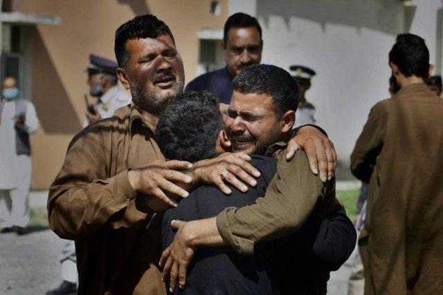 Tristesse des proches des victimes devant l'hôpital d'Islamabad.... (Photo AP)