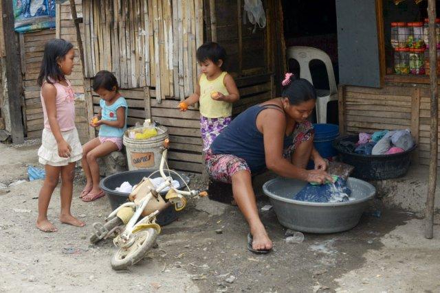 De nombreuses femmes dans le bidonville auraient voulu... (Photo Jay DIRECTO, AFP)