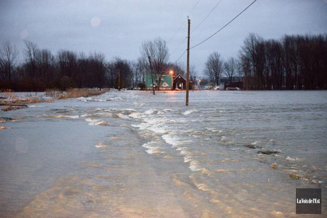 Une route inondée à Pike River, en Montérégie.... (Photo La Voix de l'Est)
