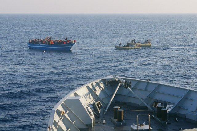 Des embarcations de la Marine italienne s'approchent d'un... (PHOTO AP/MARINE ITALIENNE)