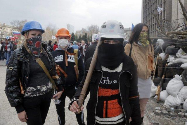 Des activistes pro-russes à Donetsk.... (Photo AP)