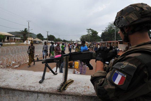 Les gendarmes, intégrés aux soldats français de l'opération... (Photo: AFP)