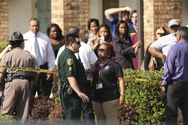 Des parents ont intérrogé des policiers sur les... (Photo: Reuters)