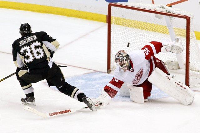Le but de Jussi Jokinen en prolongation... (Photo Charles LeClaire, USA Today Sports)