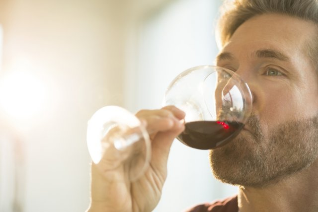 Les Français consomment de moins en moins souvent des boissons alcoolisées et... (Photo Digital/Thinkstock)