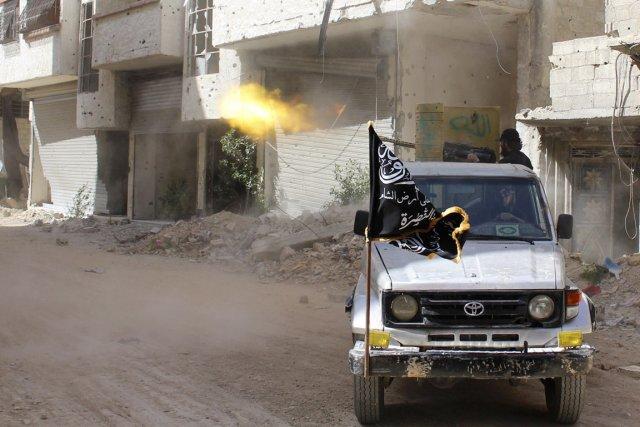 Des combattants du front Al-Nosra, en banlieue de... (PHOTO AMMAR AL-BUSHY, REUTERS)