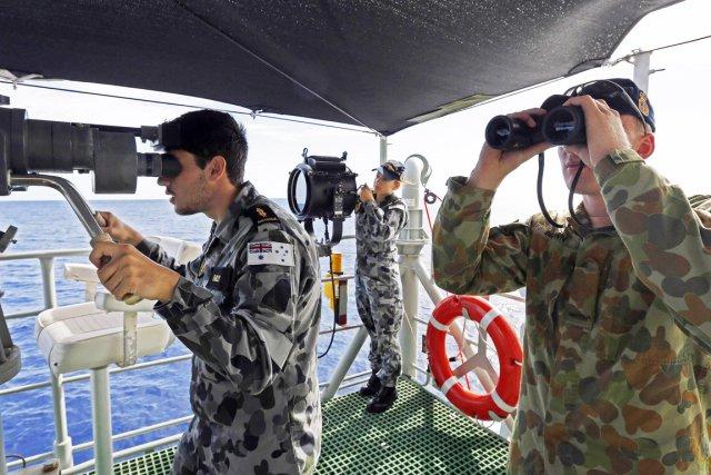 Une flotte navale et aérienne internationale sillonne le... (PHOTO REUTERS/FORCES DE DÉFENSE AUSTRALIENNES)