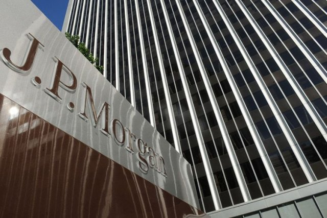 La banque JPMorgan Chase a commencé l'année sous de mauvais auspices, lâchée... (Photo: AFP)