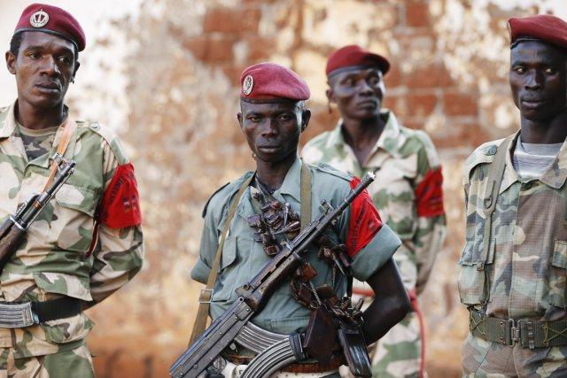 Des combattants de l'ex-Séléka, à Bria, le 9... (PHOTO GORAN TOMASEVIC, ARCHIVES REUTERS)