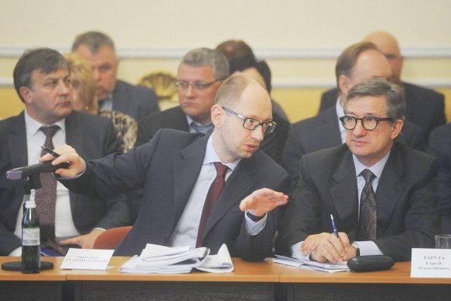 Le premier ministre ukrainien Arseni Iatseniouk discute avec... (PHOTO ANDREW KRAVCHENKO, REUTERS)