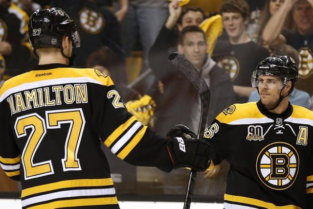 Dougie Hamilton et David Krejci... (Photo Winslow Townson, USA TODAY SPORTS)