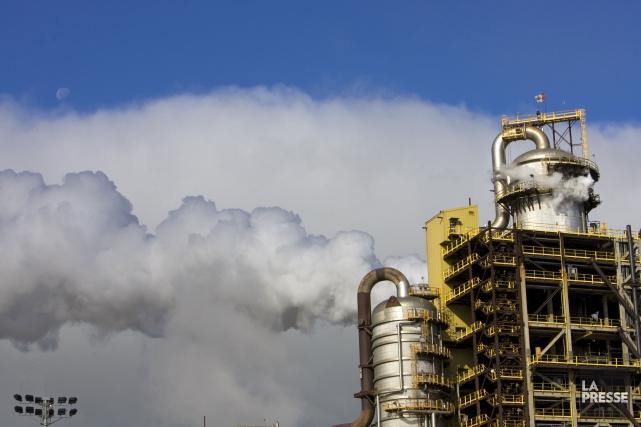 Des gaz s'échappant des cheminées dune usine pétrochimique... (Photo Alain Roberge, archives La Presse)