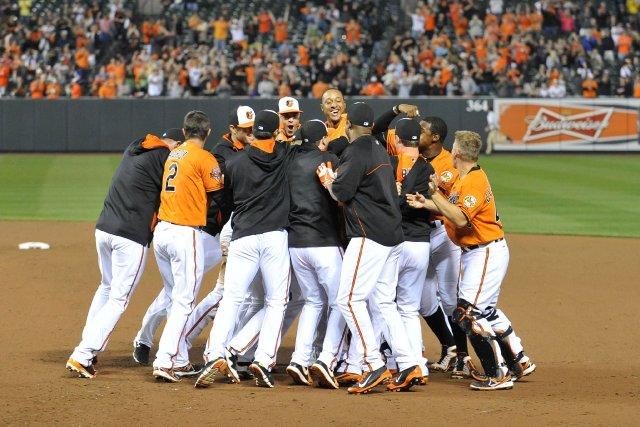 Les Orioles célèbrent leur victoire en 12e manche.... (Photo Joy R. Absalon, USA Today)