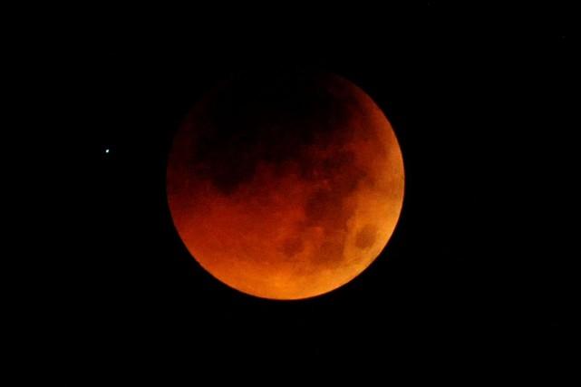 Une éclipse lunaire... (PHOTO ARCHIVES AGENCE FRANCE-PRESSE)