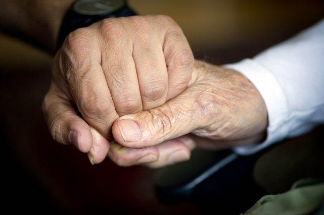 Des militants pour les droits des immigrants et des aînés soutiennent que des... (Photo ODD ANDERSEN, Reuters)