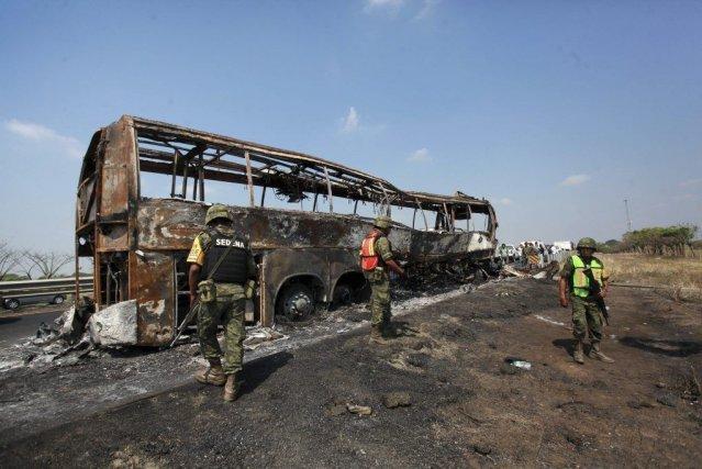 Le véhicule a pris feu après avoir heurté... (Photo Felix Marquez, AP)
