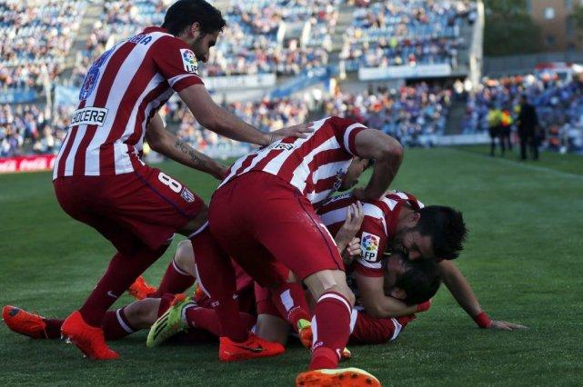 Diego Godin (sur le dos) a été rejoint... (PHOTO SUSANA VERA, REUTERS)