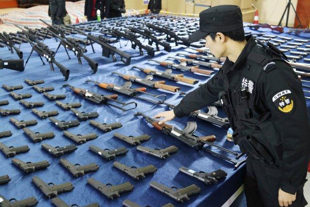 Les enquêteurs ont collecté 15 000 armes à... (Photo REUTERS)