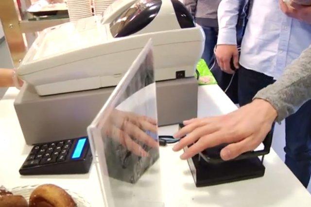 L'identification par la paume de la main est devenue un moyen de paiement... (IMAGE TIRÉE DE YOUTUBE)