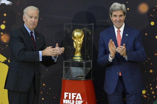 Joe Biden a fait semblant de tenter de... (Photo: Reuters)