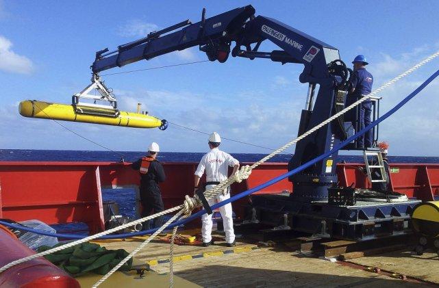 Le robot sous-marin Bluefin-21 (en jaune) est remonté... (Photo Reuters)