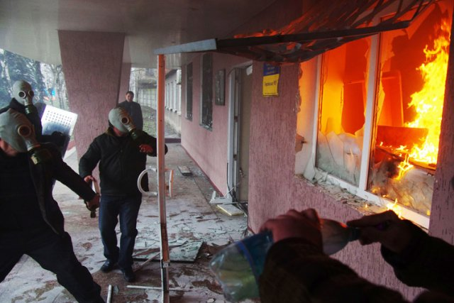 Des manifestants pro-russes armés se sont emparés des... (Photo: AFP)