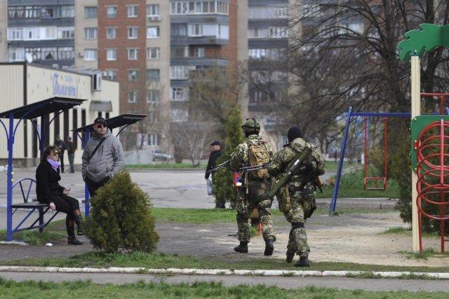 Des groupes armés, bien organisés et équipés font... (Photo Associated Press)