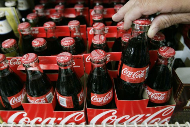 Le géant américain des boissons sans alcool Coca-Cola (K) a... (Photo archives AP)