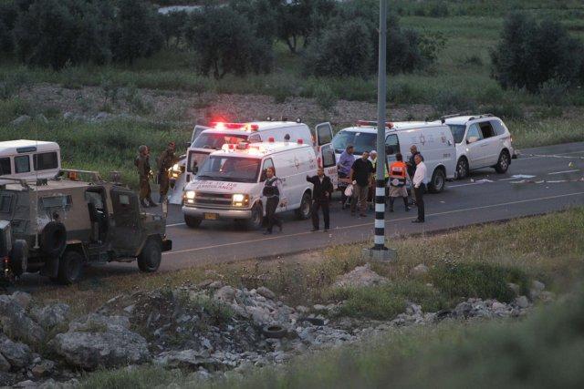 Policiers et personnel médical sur la scène de... (Photo Hazem Bader, AFP)