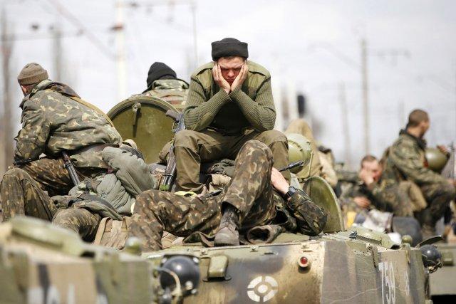 Des soldats ukrianiens sont assis sur les toits... (PHOTO MARKO DJURICA, REUTERS)