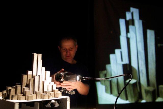 Olivier Ducas, grand collectionneur d'objets devant l'Éternel, propose... (Photo: fournie par la production)