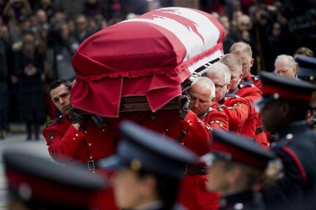 Les funérailles nationales se déroulent à la cathédrale... (Photo Nathan Denette, PC)