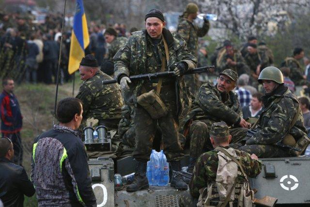 Toute la journée à Kramatorsk, les soldats ukrainiens... (Photo: AP)