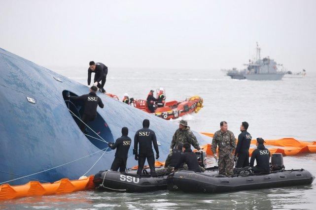 Plusieurs centaines de plongeurs travaillent autour de l'épave,... (PHOTO archives AP/YONHAP)