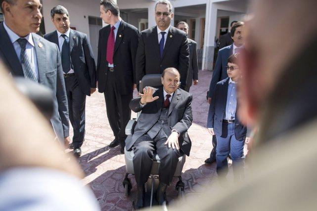 M. Bouteflika, souriant, est arrivé en fauteuil roulantà... (PHOTO ZOHRA BENSEMRA, REUTERS)