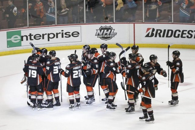 Les Ducks célèbrent leur victoire.... (Photo Jae C. Hong, Associated Press)