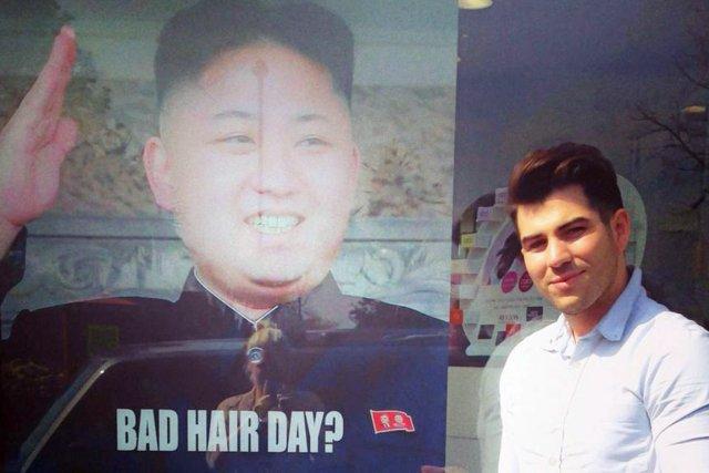 L'affiche controversée avait disparu jeudi du salon de... (PHOTO ARCHIVES AP/M&M AIR ACADEMY)